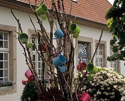 Schön Gießkannen In Einem Baum (Dekoration)   Tecklenburg