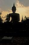 Geschichtspark Sukhothai: Wat Mahathat - Buddhastatue im Abendlicht - Sukhothai