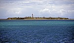 Insel mit Leuchtturm im Indischen Ozean - Zanzibar Channel