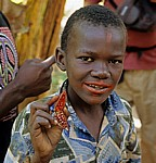 Gewürztour: Ein Sansibari demonstriert die Lipstick fruit - Sansibar