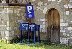 Mülleimer und Schilder warten auf ihren Einsatz - Apollonia