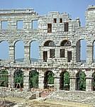 Amphitheater: seitlicher Turm in den Arkadenbögen - Pula
