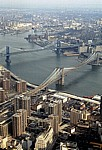 Manhattan: Blick vom World Trade Center auf die Brooklyn Bridge - New York
