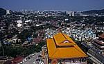 Kek Lok Si-Tempel: Blick über einen Teil der Tempelanlage auf Georgetown - Air Itam