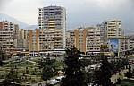 Blick vom Uhrturm: Wohnblocks hinter einem Park - Tirana