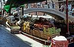 Obst und Gemüse werden direkt vom Boot verkauft - Venedig