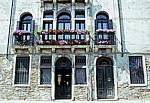 Hausfassade mit Blumenschmuck - Venedig