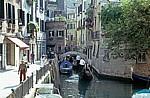Gondeln auf einem Seitenkanal - Venedig