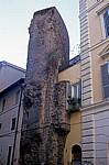 Alt trifft neu in einem Wohnhaus - Rom