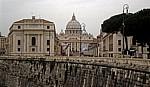 Blick durch die Via della Conciliazione zum Petersplatz und Petersdom - Rom