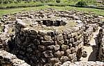 Nuraghe Su Nuraxi: Eckturm der Bastion, dahinter Steinhütten - Barumini