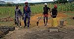 Produktion von Steinen für einen Schulbau (Stmapflehm-Technik) - Provinz Manica