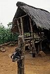 Getreidespeicher und ein landwirtschaftliches Hilfsmittel zur Trennung von getrockneten Maiskörnern vom Kolben - Provinz Manica