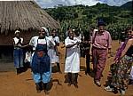 Freudentanz (über den Erhalt von Polaroidbilder) - Provinz Manica