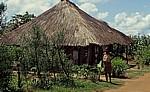 Mädchen vor einem sehr schön verzierten Haus - Chimoio