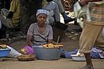 Informeller Sektor: Eine Frau verkauft ihr Gebäck - Chimoio