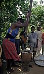 Eine Frau stampft Mais - Chimoio