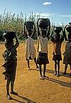 Kinder beim Wasserholen - Sussundenga