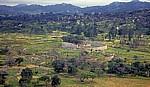 Blick von der Akropolis (Bergruine) auf die Great Enclosure (Große Einfriedung) - Great Zimbabwe Ruins