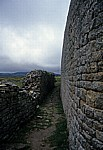Great Enclosure (Große Einfriedung): Regelmäßig geschichtete Mauer - Great Zimbabwe Ruins
