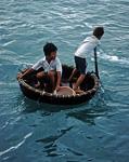 Kinder in einem Korbboot - Hon Mieu