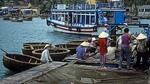 Korbboote an einer Anlegestelle (Fischzucht) - Hon Mieu