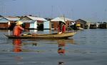Frauen im Boot zwischen den schwimmenden Häusern - Chau Doc