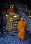 Mönch in der Tempelhöhle auf Phousi - Luang Prabang