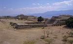 Blick von der Plataforma Norte (Nordplattform): Bauwerk K / System IV - Monte Albán