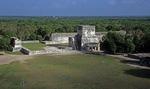 Blick von der Kukulkán-Pyramide: Templo de los Jaguares, dahinter Juego de Pelota (Ballspielplatz) - Chichén Itzá