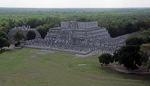 Blick von der Kukulkán-Pyramide: Templo de los Guerreros (Tempel der Krieger) - Chichén Itzá