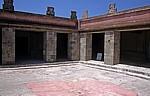 Palacio de Quetzalpapalotl (Quetzalpapalotl-Palast): Innenhof mit reliefverzierten Pfeilern - Teotihuacán