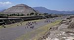 Pirámide del Sol (Sonnenpyramide) an der Calzada de los Muertos (Straße der Toten) - Teotihuacán