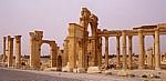 Bogentor (Hadrianstor) und Große Kolonnadenstraße (rechts) - Palmyra