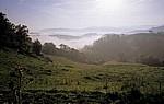 Jakobsweg (Navarrischer Weg): Landschaft im morgendlichen Nebel - Pyrenäen (F)