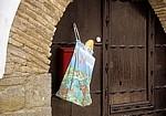 Brotbeutel an einer Holztür  - Larrasoaña
