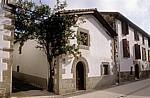 Wohnhaus mit rankenden Rosen  - Larrasoaña