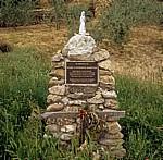 Jakobsweg (Camino Francés): Gedenkstein für verstorbene Pilgerin  - Navarra