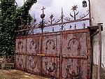 Eisernes Tor mit Pilgersymbolen - Ayegui