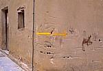 Gelbe Pfeile weisen den Pilgern den Weg - Grañón
