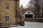 Schelenburg (Wasserburg): Blick auf ein Nebengebäude (Fachwerkhaus mit Glockenturm) - Schledehausen