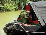 Grand Union Canal Leicester Line: Blumenkübel auf einem Narrowboat - Crick