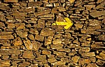 Jakobsweg (Caminho Português): gelber Pfeil auf Steinmauer - Distrito de Braga