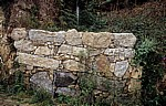 Jakobsweg (Caminho Português): Natursteinmauer mit kleinem Wasserfall - Rubiães