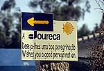 Jakobsweg (Caminho Português): Hinweisschild mit gelbem Pfeil und Jakobsmuschel - Distrito de Viana do Castelo