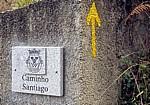 "Jakobsweg (Caminho Português): Hinweistafel ""Caminho Santiago"" und gelber Pfeil  - Fontoura"