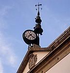 Hausgiebel mit Uhr und Glocken - Valença