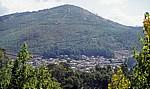 Jakobsweg (Caminho Português): Blick auf ein Dorf - Monte Cornedo