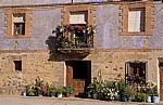 Jakobsweg (Camino Francés): Blumen vor einem Haus - Viloria de Rioja