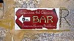 Hinweisschild: Noch 5 Meter bis zur nächsten Bar! - Espinosa del Camino